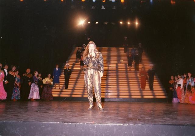 """Ambassadrice """"Miss Monde Hôtesse de l'Air"""" au Casino de Paris 1989."""
