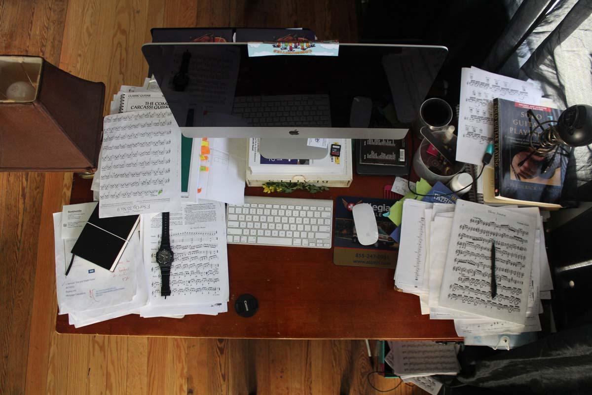 Chaos de souvenirs sur un bureau