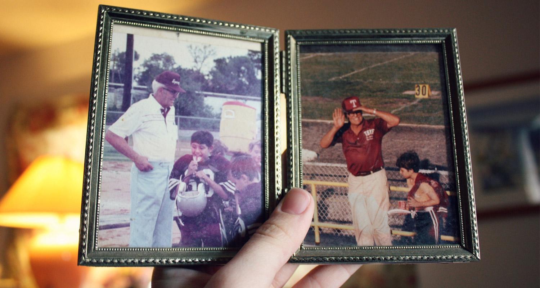 Petit-fils tenant dans sa main une photo de son grand-père