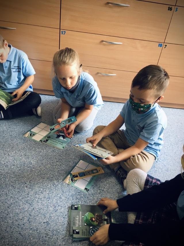 Dzieci oglądają materiały promocyjne programu