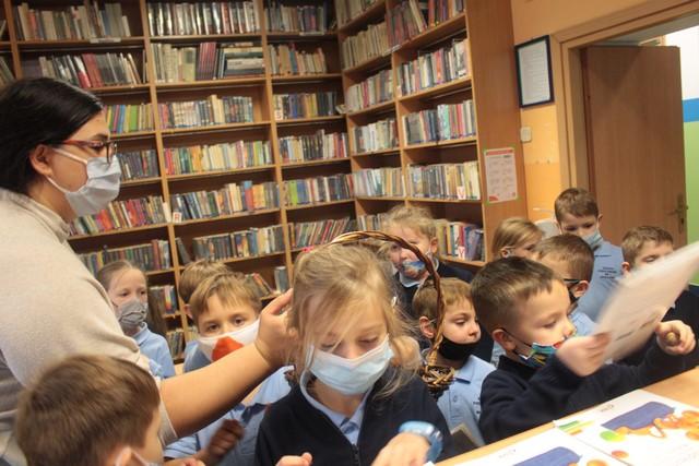 klasa I i ich wychowawczyni w bibliotece