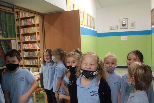Grupa drugoklasistów przed biblioteką szkolną