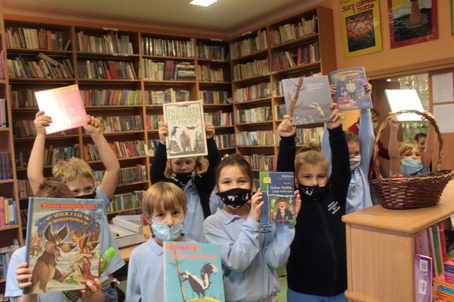 Grupa dzieci pokazuje wybrane przez siebie książki