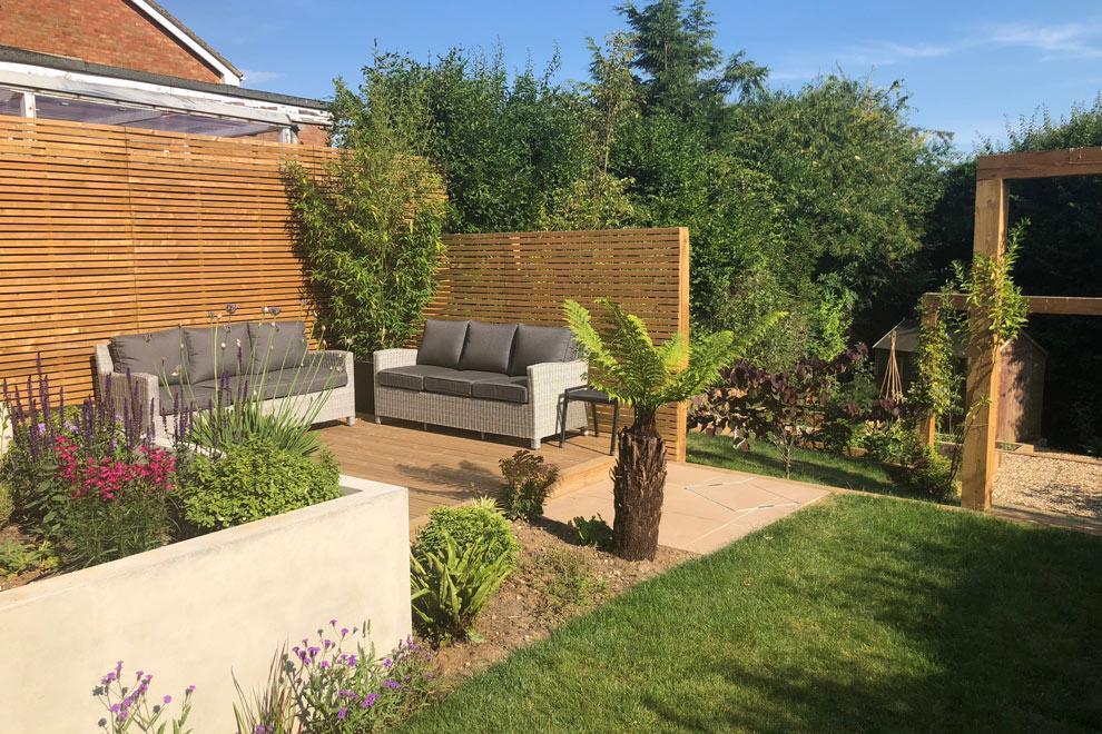 Contemporary garden with a steep slope, Kimpton