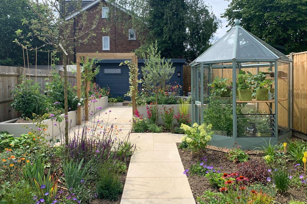 Contemporary garden for entertaining in Harpenden