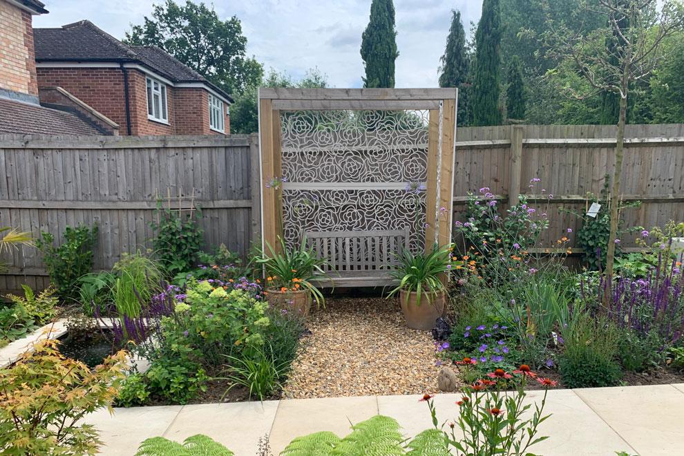 Contemporary garden for entertaining in HarpendenWater ...