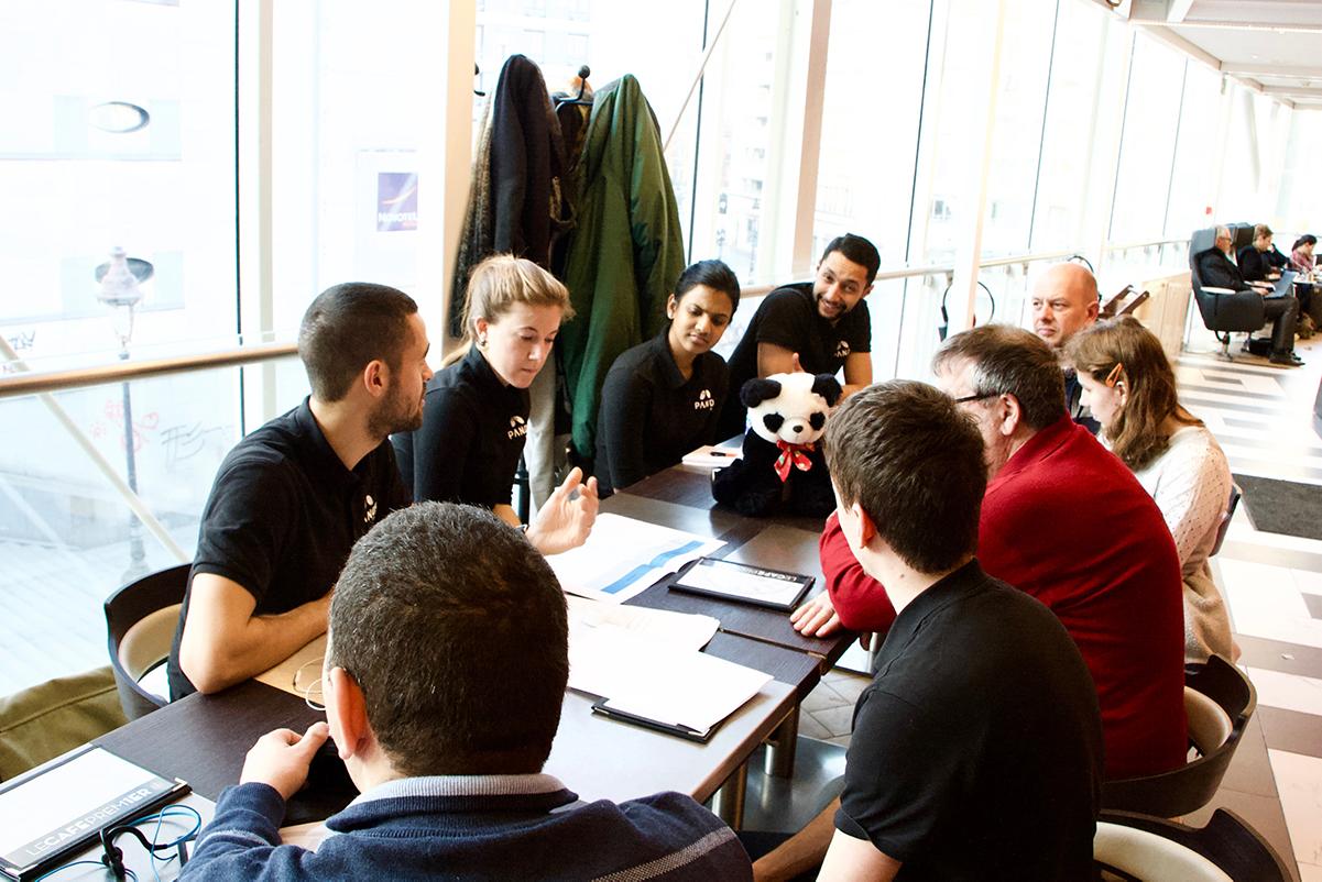 Photo des membres de l'équipe PANDA prenant des notes