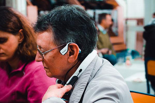 Photo d'une participante au PANDAfterwork testant le tour de cou