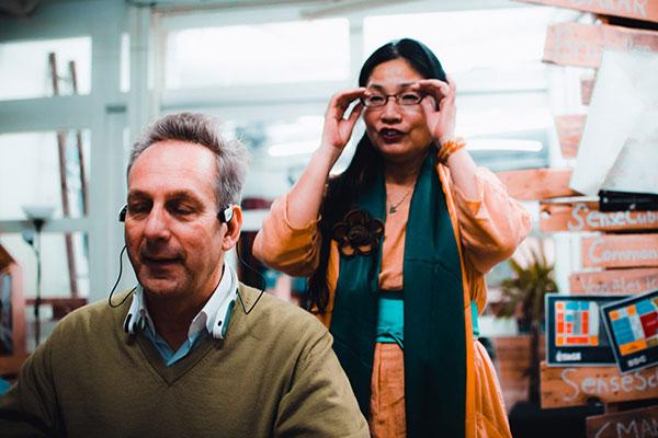 Photo d'un participant au PANDAfterwork testant le tour de cou