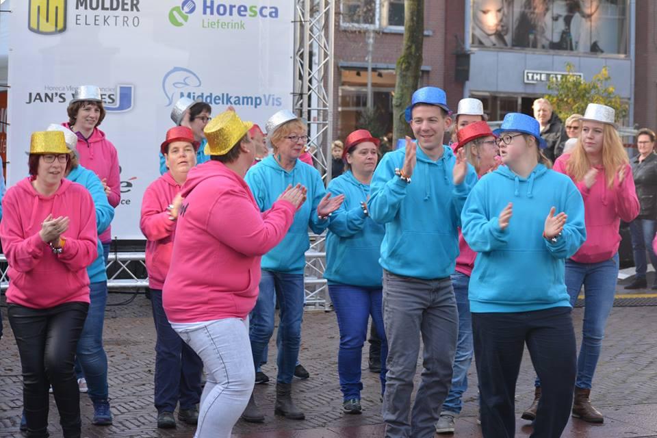 Mooi optreden van groep blauw en roze