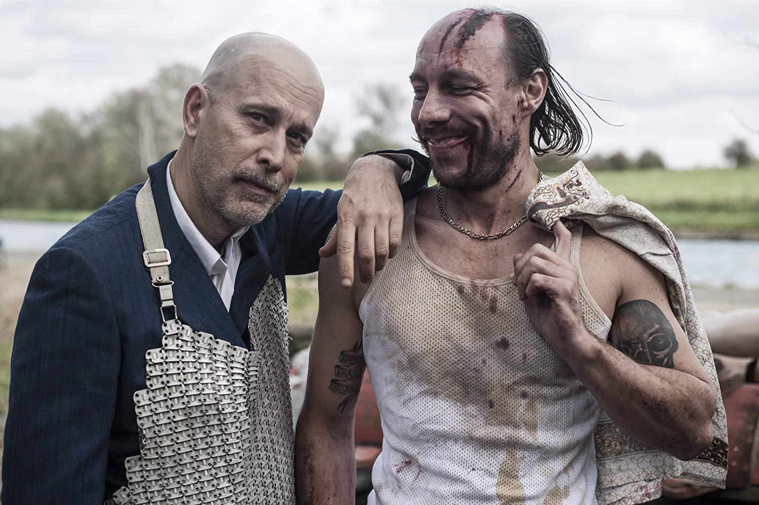 Le réalisateur Marco Laguna sur le tournage en compagnie de l'un de ses acteurs.