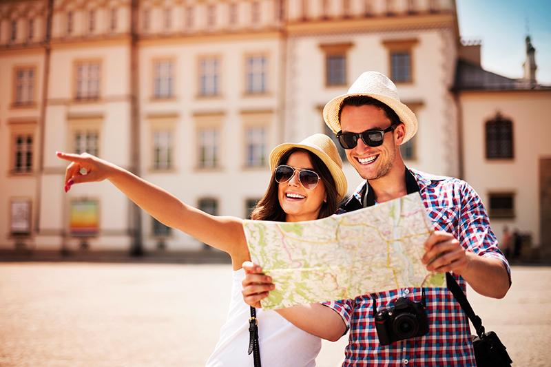 um casal olhando um mapa sorrindo