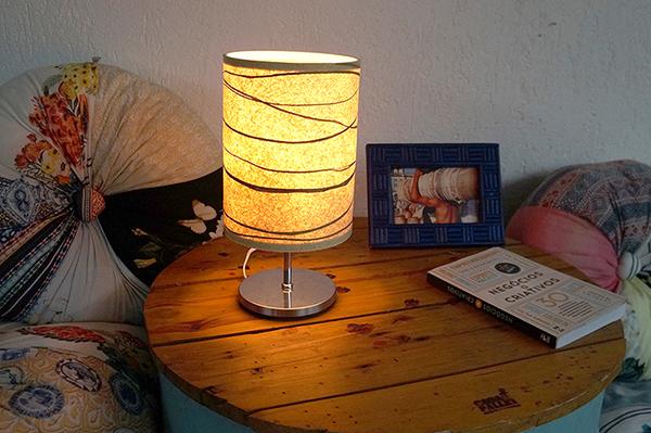 Fuxixões e mesa de canto com luminária de VegPlac de firbra natural da Kaapora Design