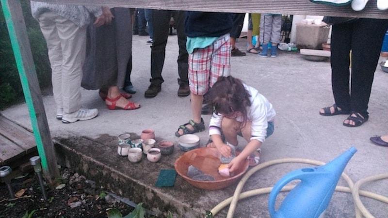 criança participando de uma oficina de cerâmica de Dominique Liabeuf