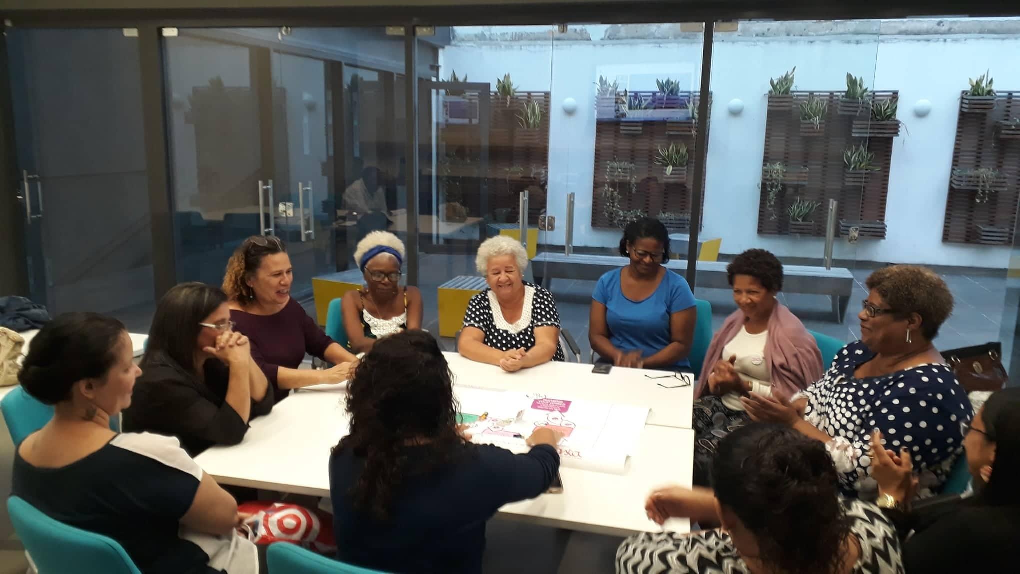 Artesãs reunidas na aula da Escola de Negócio das Artesãs da Rede Asta  no CRAB Sebrae