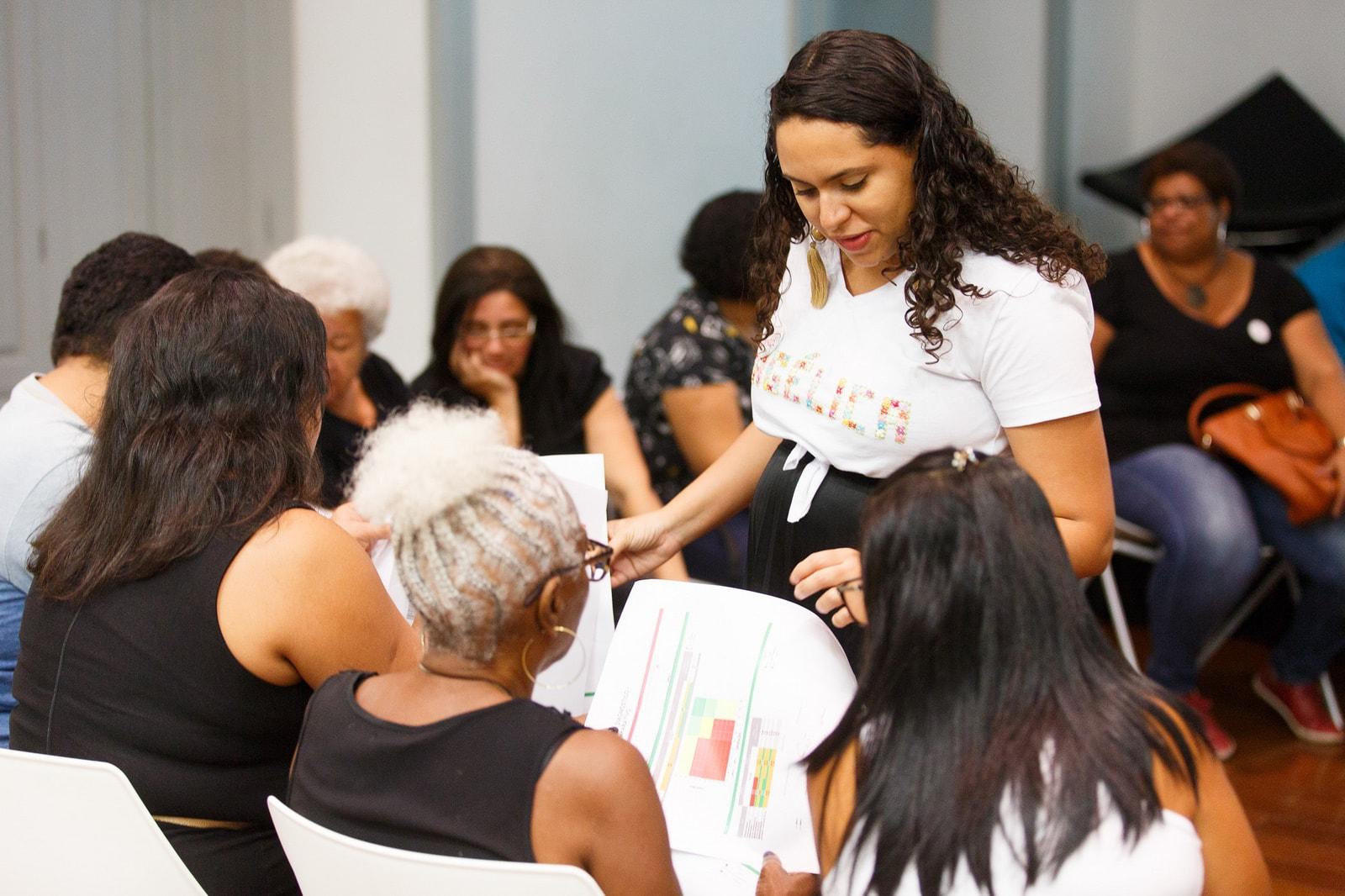Angélica Oliveira apresentando o diagnóstico de grupos na formatura da Escola de Negócio das Artesãs da Rede Asta