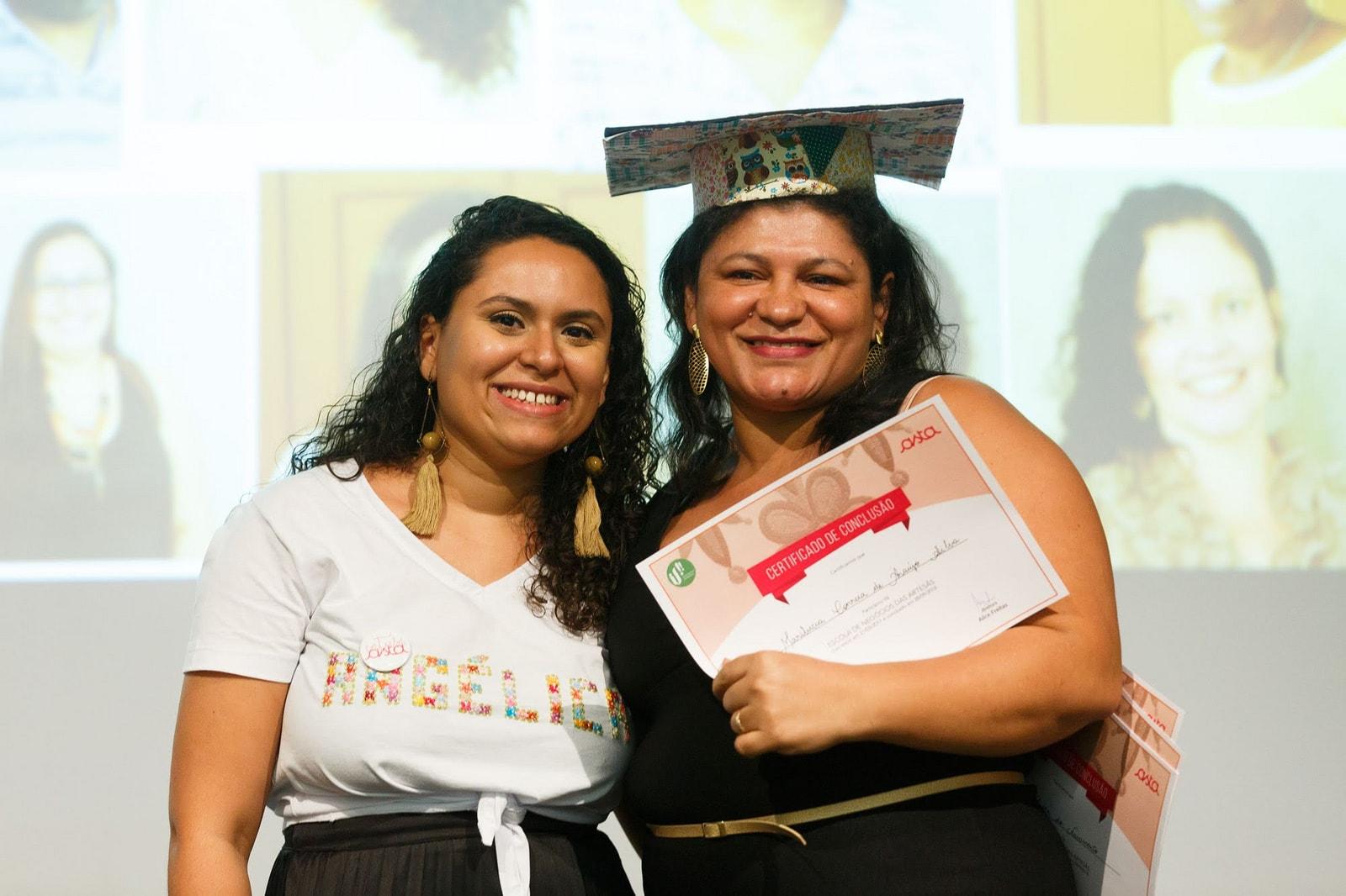 Monitora e artesã da Rede Asta na formatuta da Escola de Negócio das Artesãs recebendo certificado