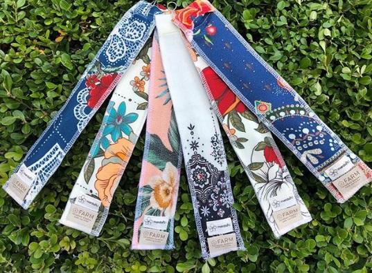 Capinhas de canudos sustentáveis feitas pelas artesãs da Rede Asta com retalho da FARM para a Mentah!