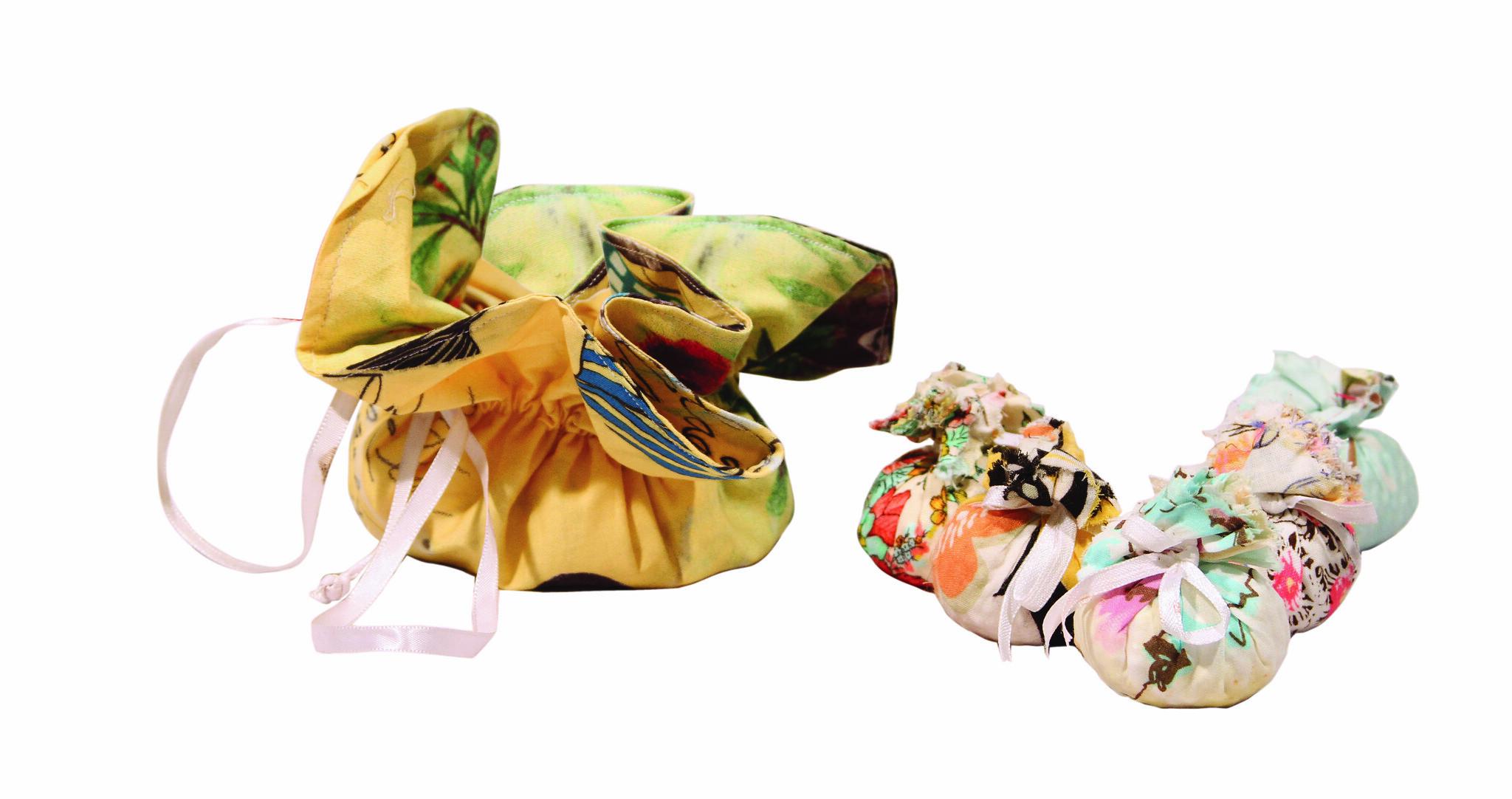 Sachês odorizadores de ambiente feito artesanalmente pela Ana Lucia da Fuxicarte com tecidos da ADORO FARM para a Rede Asta