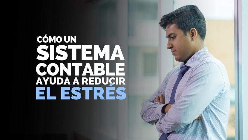 Un hombre con los brazos cruzados mirando hacia abajo. Cómo un sistema contable ayuda a reducir el estrés.