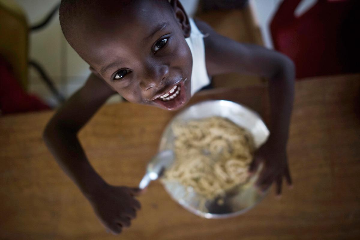 Charity NPH Italia Onlus - Distribuzione Pasta Haiti