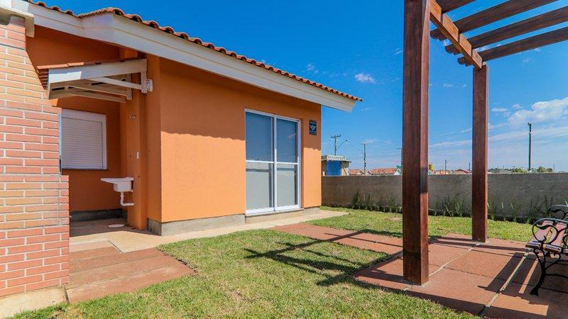 Jardim privativo e lavanderia decorados do Residencial Centro Novo em Eldorado do Sul