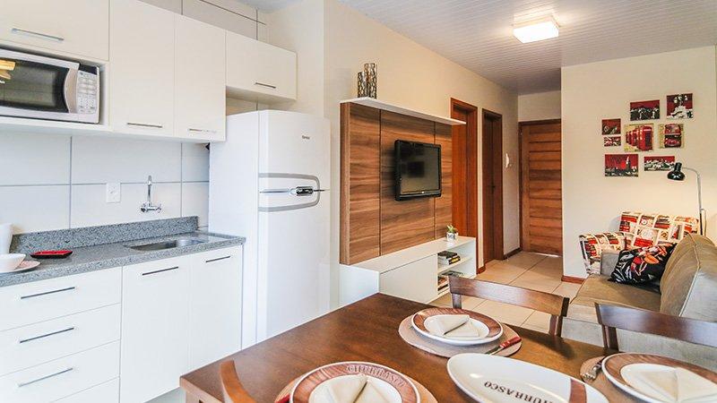 Cozinha e sala decoradas do Residencial Winter Park na Restinga