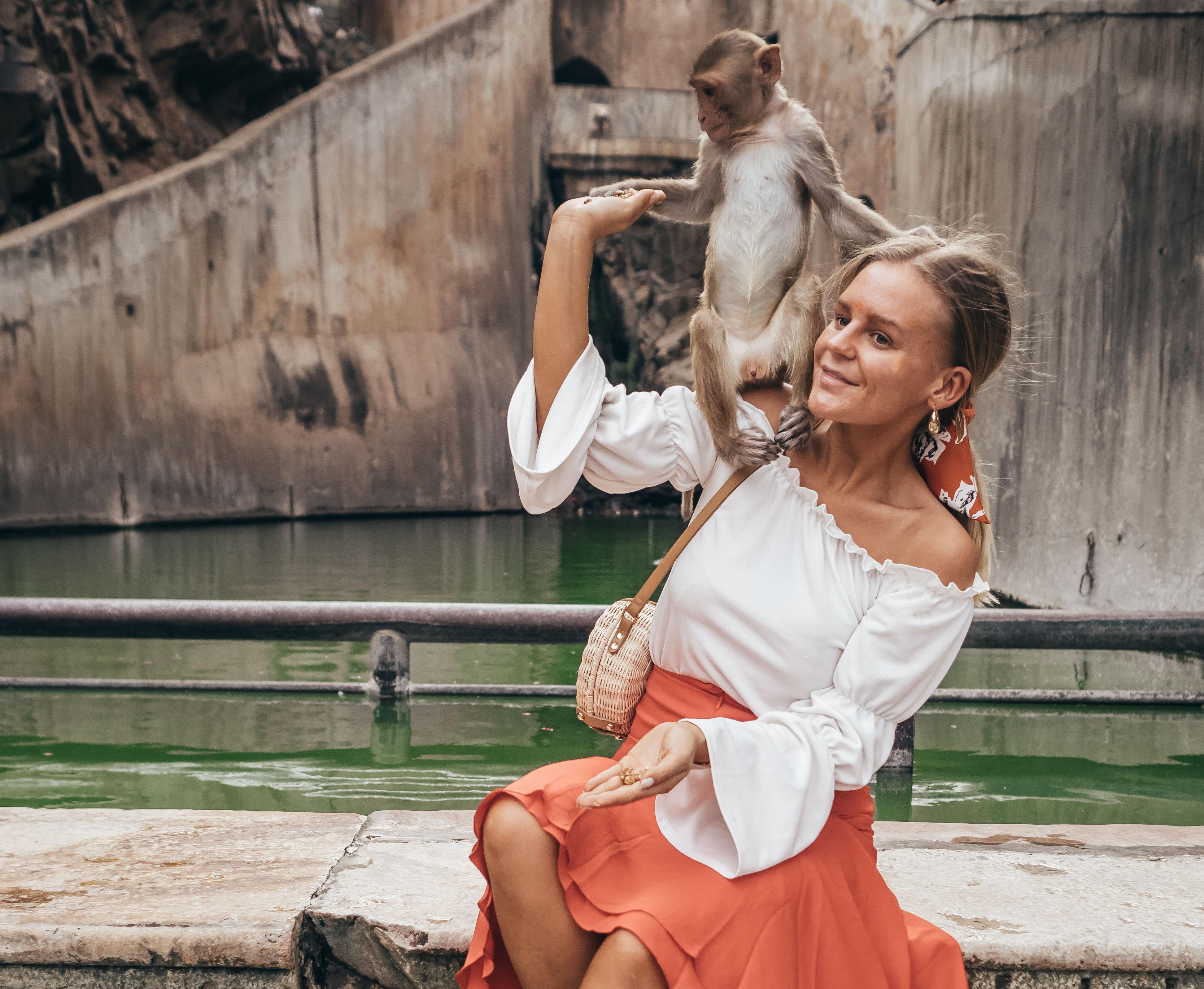 b5028404 De var sååå glade i kjolen min og håret mitt, så det stod til alle kanter.  Thomas var så heldig å ble bæsja på av en av apene når han hadde den ...