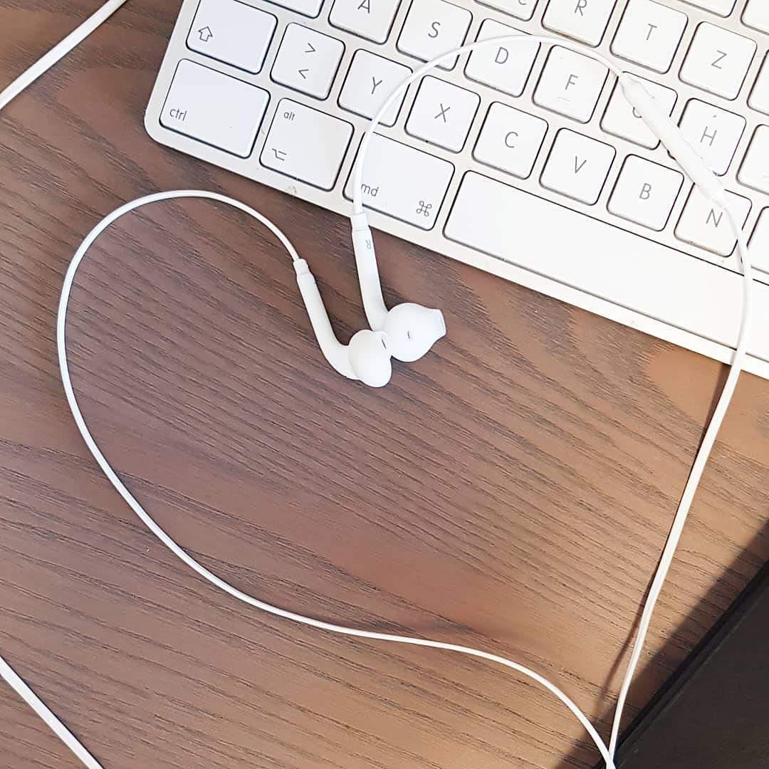 Natürlich liegende Kopfhörerform auf dem Tisch
