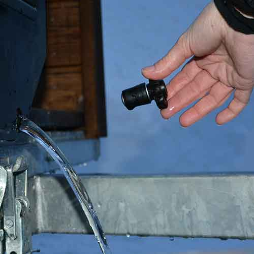 Plugg trekkes ut for tømming av vann.