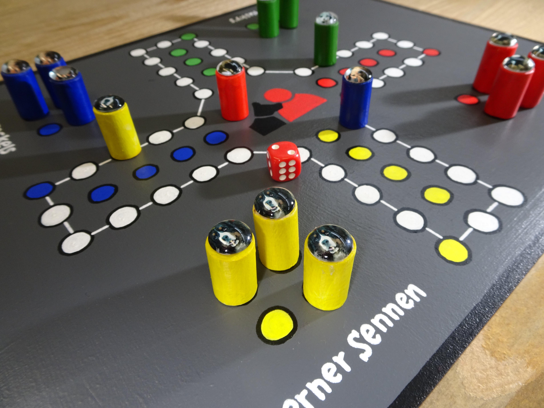 Het enige échte Contacthond spel! Wie gaat er winnen? De teckels? De berner senners? Het ultieme cadeau tijdens de lockdown! Handgemaakte fiches met afbeeldingen van de honden.