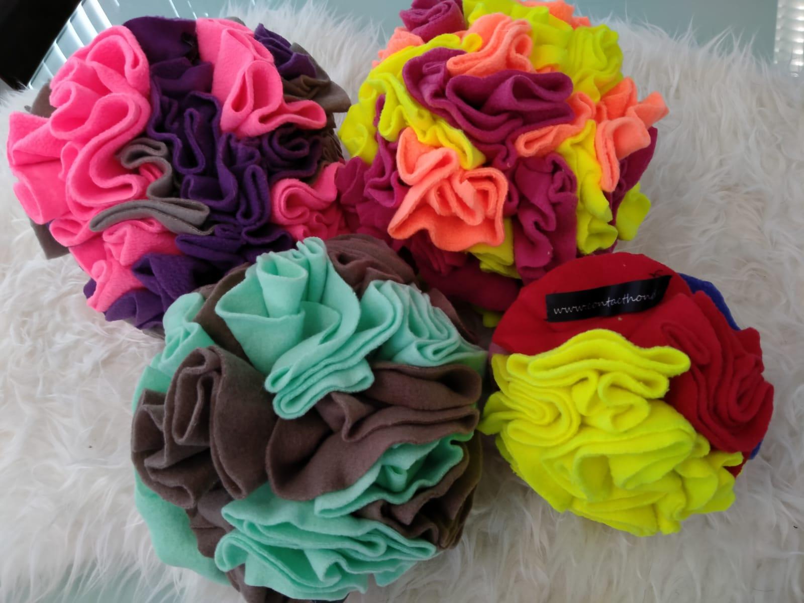 Een fleece bal in vrolijke kleuren, bedoeld om snoepjes in te verstoppen (niet geschikt voor trekspelletjes).