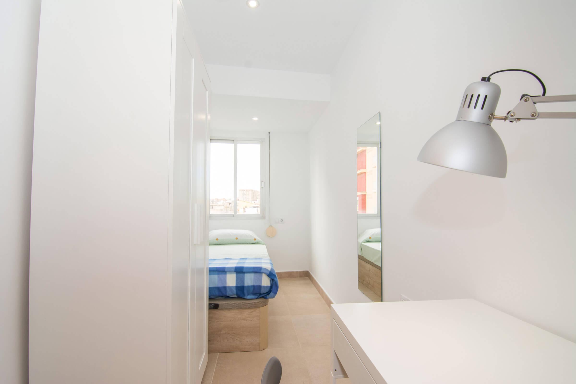 Holaflats single bedroom study area