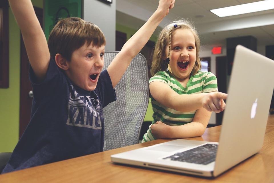 children-watching-video-online.jpg