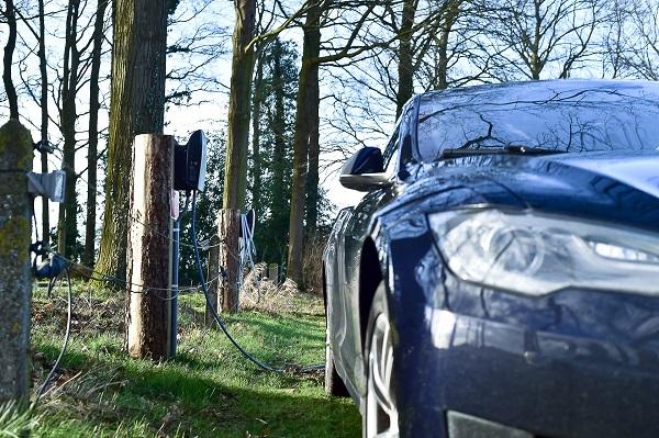 Elektrische auto's opladen kan bij De Woeste Wieven