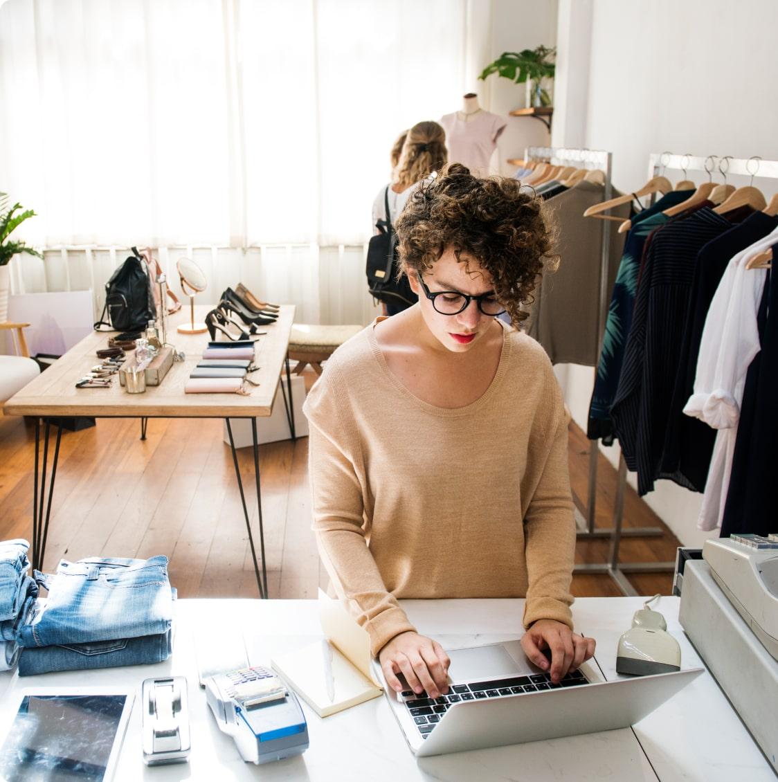 Девушка - владелец бизнеса проверяет ноутбук