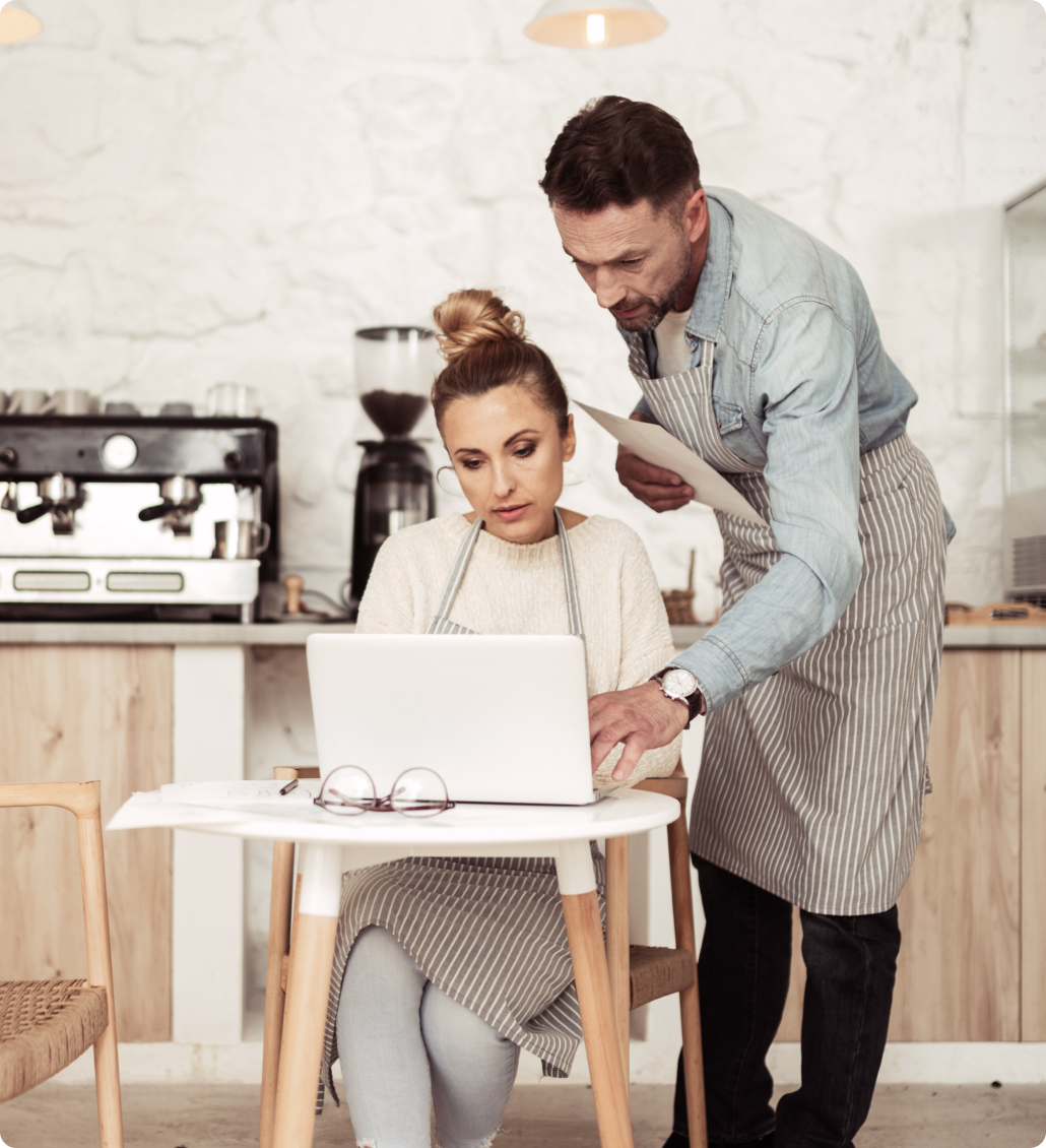 Владельцы кафе за ноутбуком