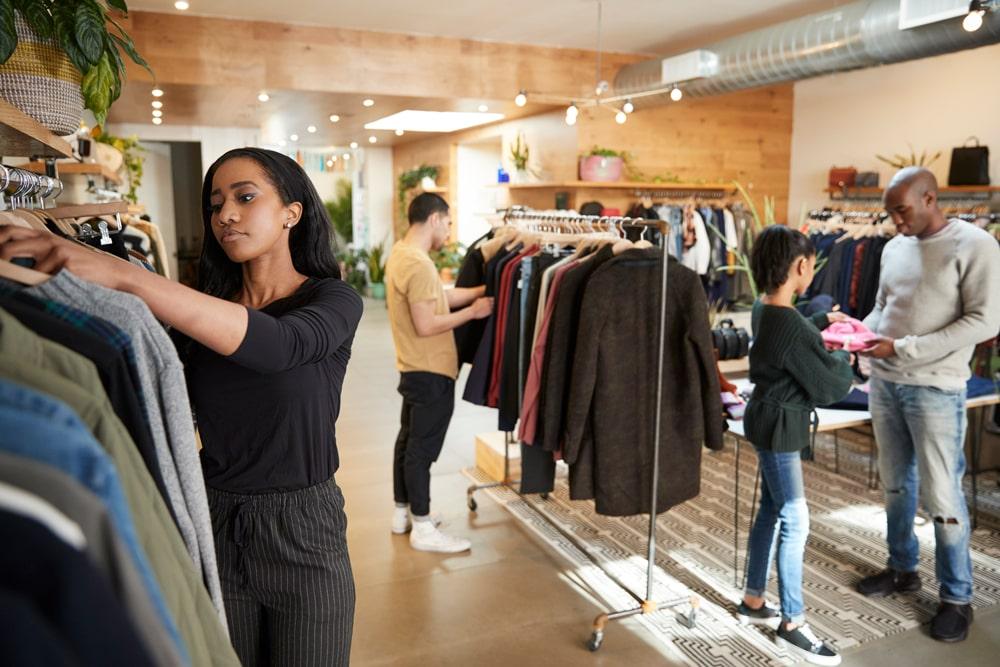 Покупатели в магазине одежды