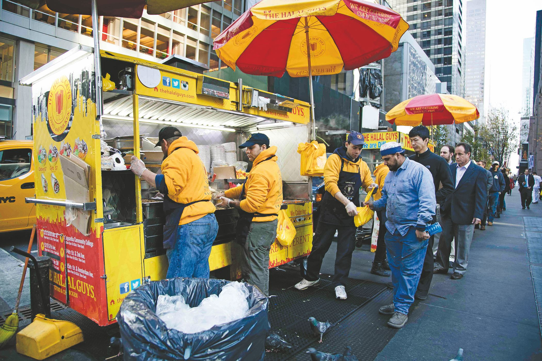 """The Halal Guys"" demandados por no pagar el pago de horas extras"