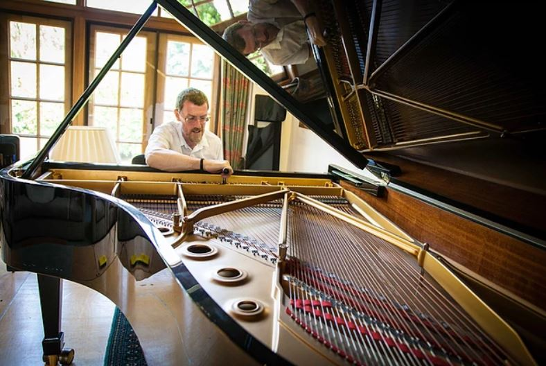 piano tuner at Maiaistra