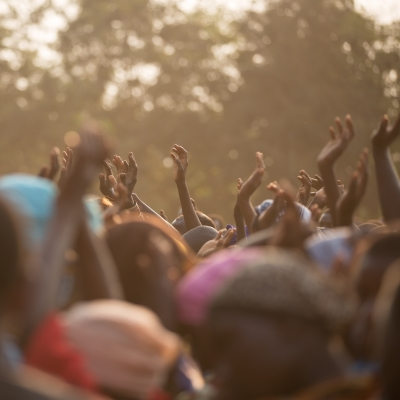 Foto einer jubelnden Menschengruppe