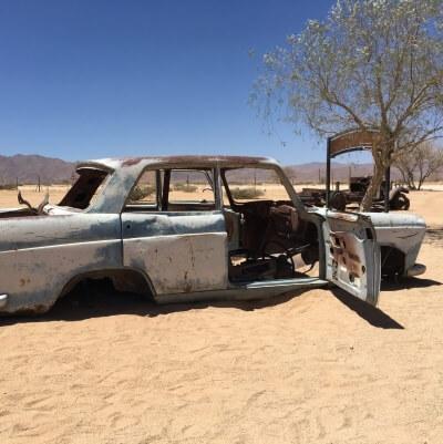 Foto eines Auto Wracks for Wüstenkulisse