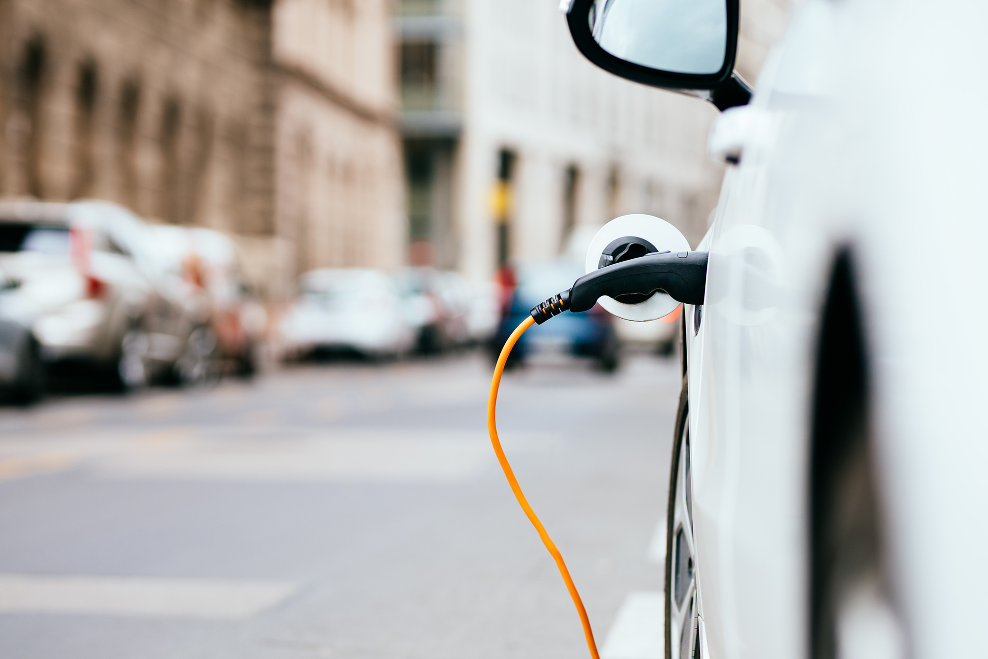 Bilde av delings-elbil med ladekontakt plugget i.