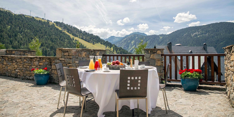 Breakfast on the terrace at Eira Ski Lodge