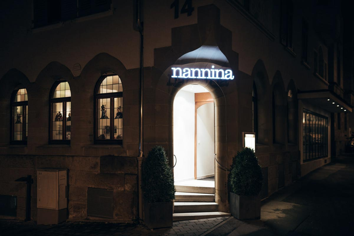 Eingang Nannina bei Nacht