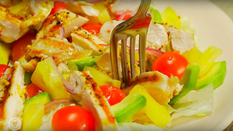 Салат с куриной грудкой, авокадо и ананасом