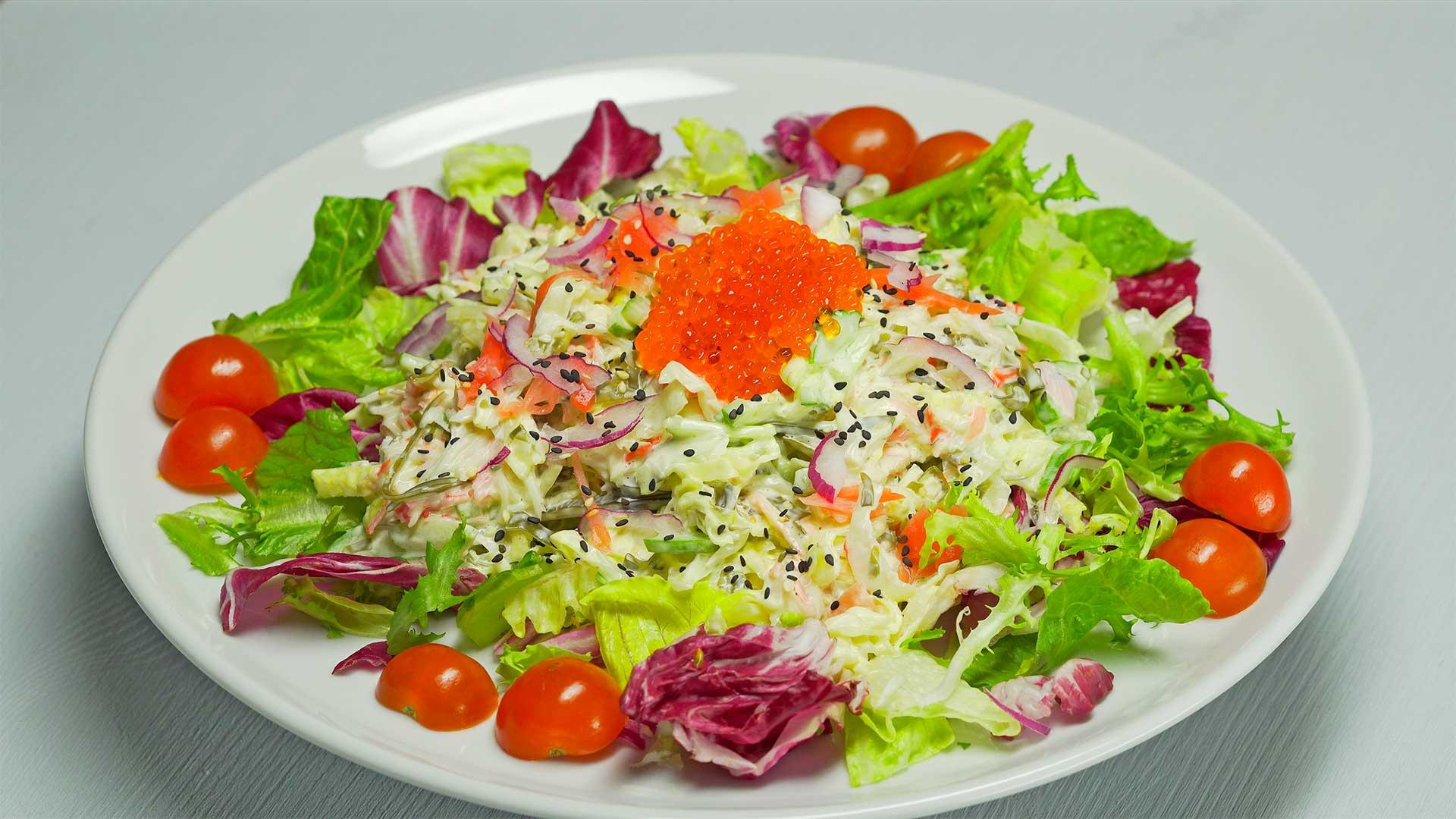Салат из крабовых палочек с морской капустой и маринованным имбирем