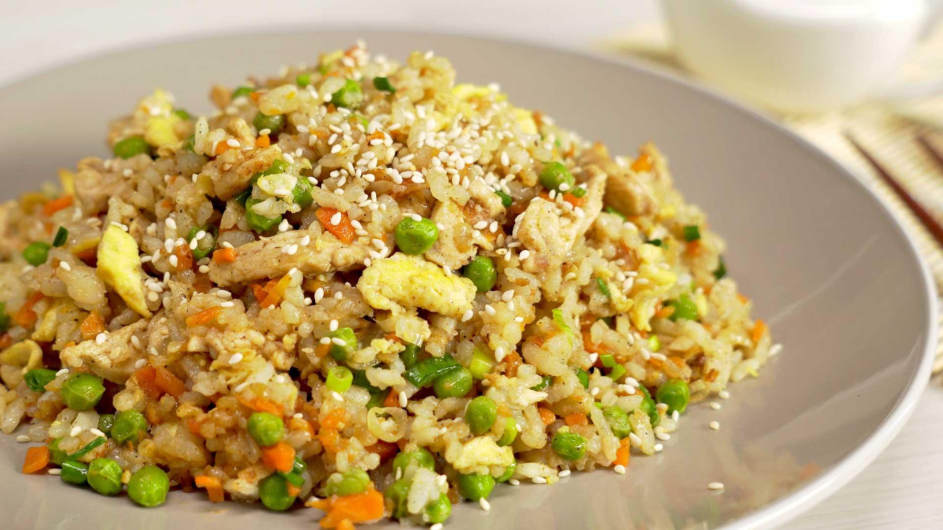 Рис по-тайски с курицей и овощами