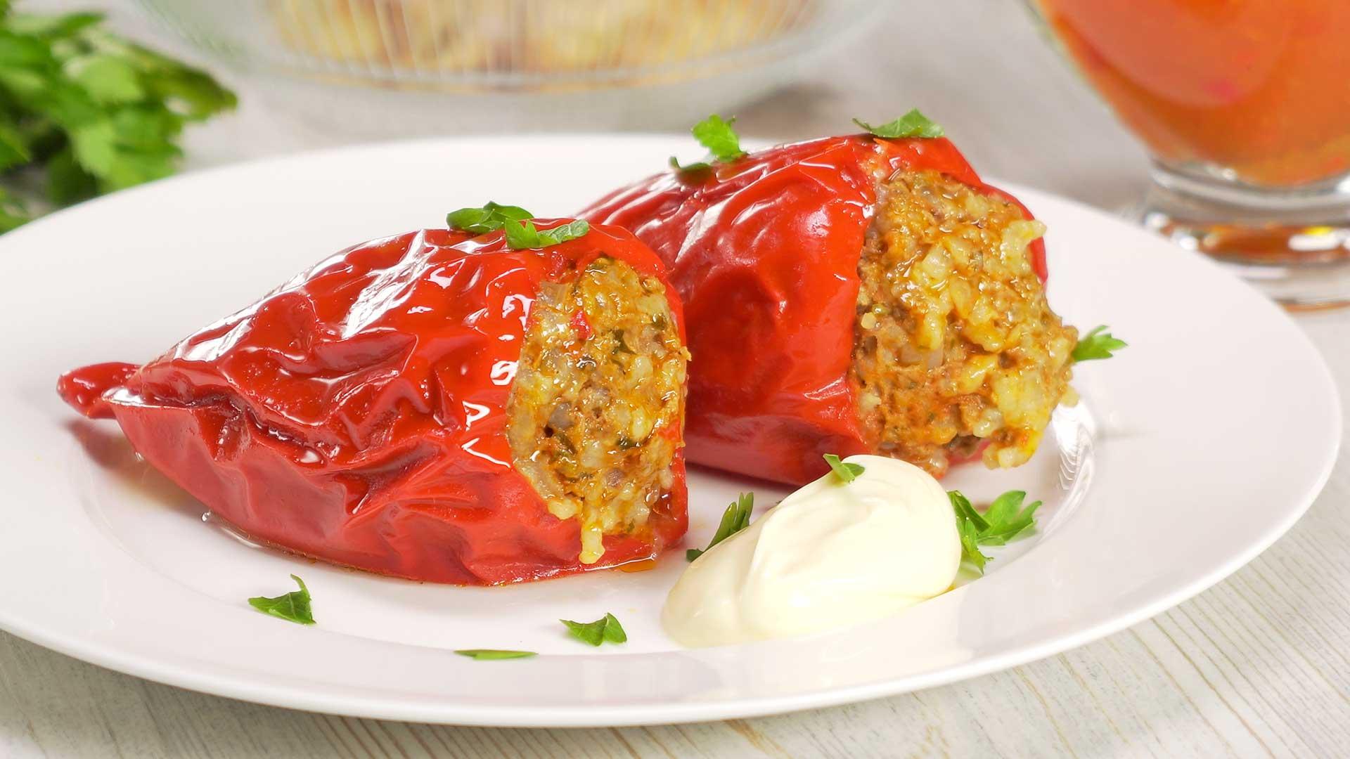 Фаршированный сладкий перец в красном соусе