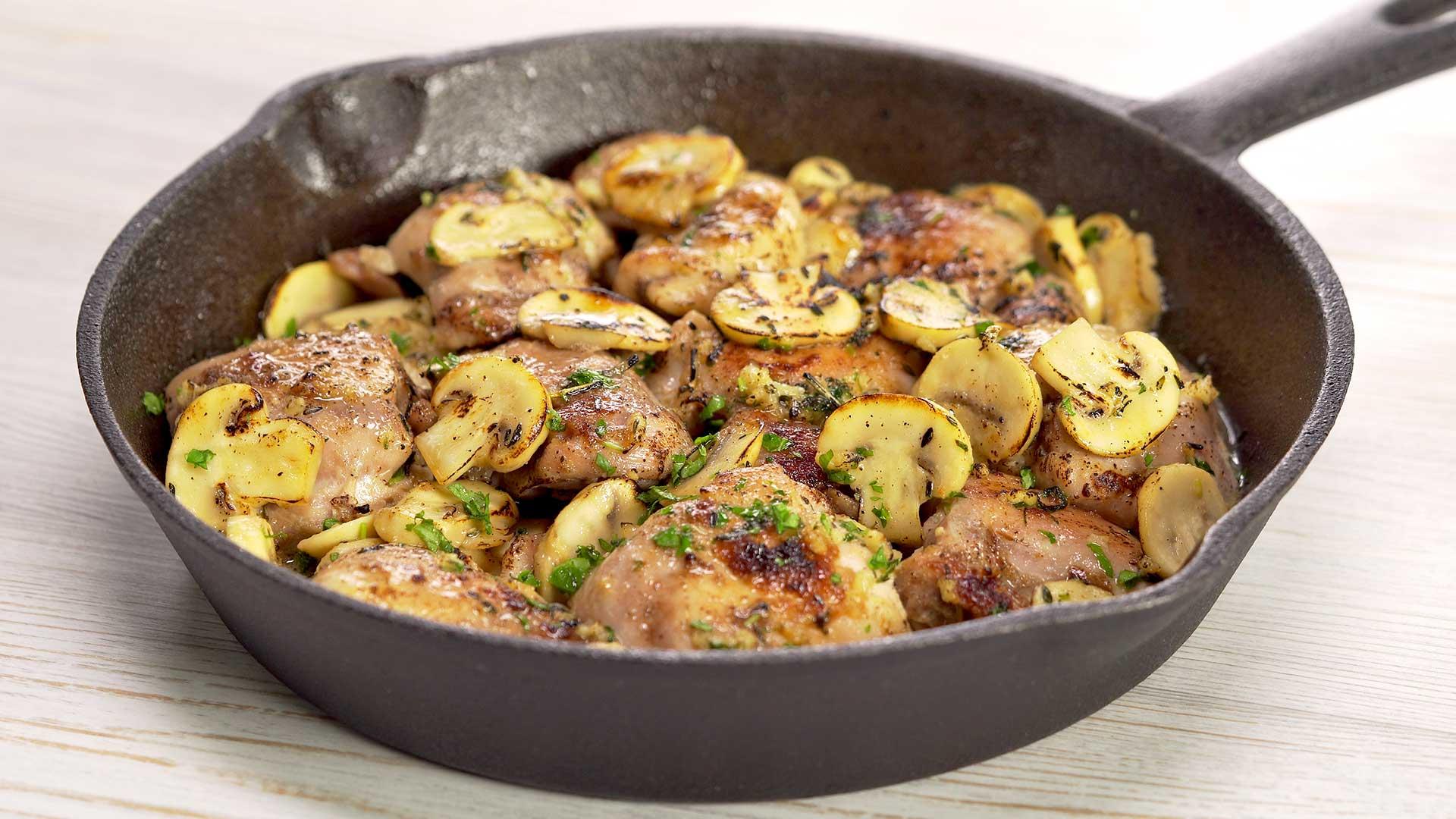 Куриные бедра с грибами в чесночном соусе